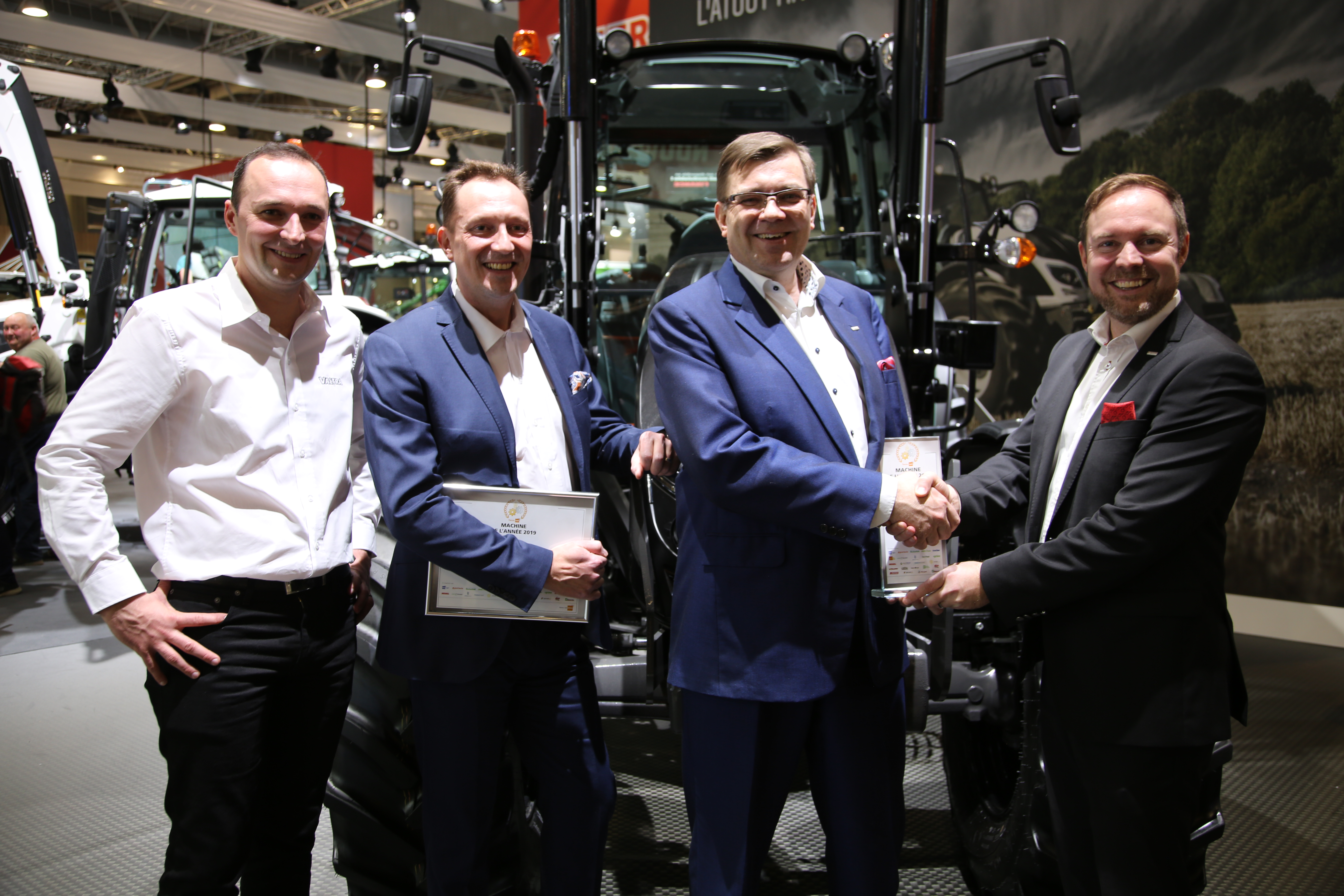 Die Maschine des Jahres wurde auf der SIMA Show in Paris verliehen. Von links nach rechts: Benoit Egon (Mitglied der Jury), Mikko Lehikoinen (VP Marketing, Valtra EME), Jari Rautjärvi (VP Managing Director, Valtra EME), Ville Mansikkamäki (Director, Sales Valtra EME), Alexandre Chantrelle (National Sales Manager, Valtra France) and Dieter Dänzer (Mitglied der Jury).